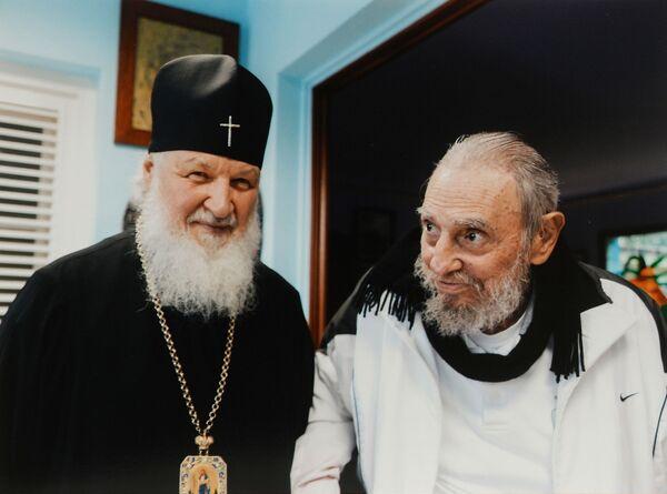 Patriarcha Moskwy i Wszechrusi Cyryl w czasie spotkania z przywódcą rewolucji kubańskiej Fidelem Castro Ruz w Hawanie. - Sputnik Polska