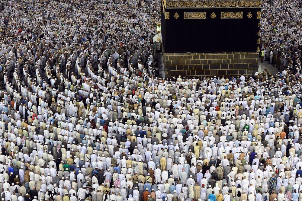 Pielgrzymi w czasie hadżdżu wstali do modlitwy w meczecie Mekki.