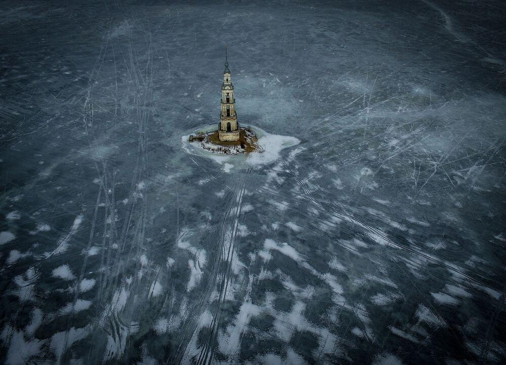 Zatopiona przez wody Zbiornika Uglickiego dzwonnica  Soboru Nikolskiego.