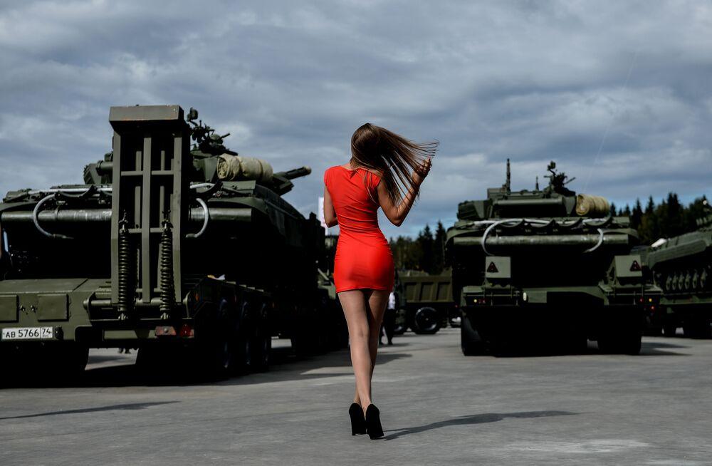 """Dziewczyna na Międzynarodowym Forum Wojskowo-Technicznym """"Armia 2016""""."""