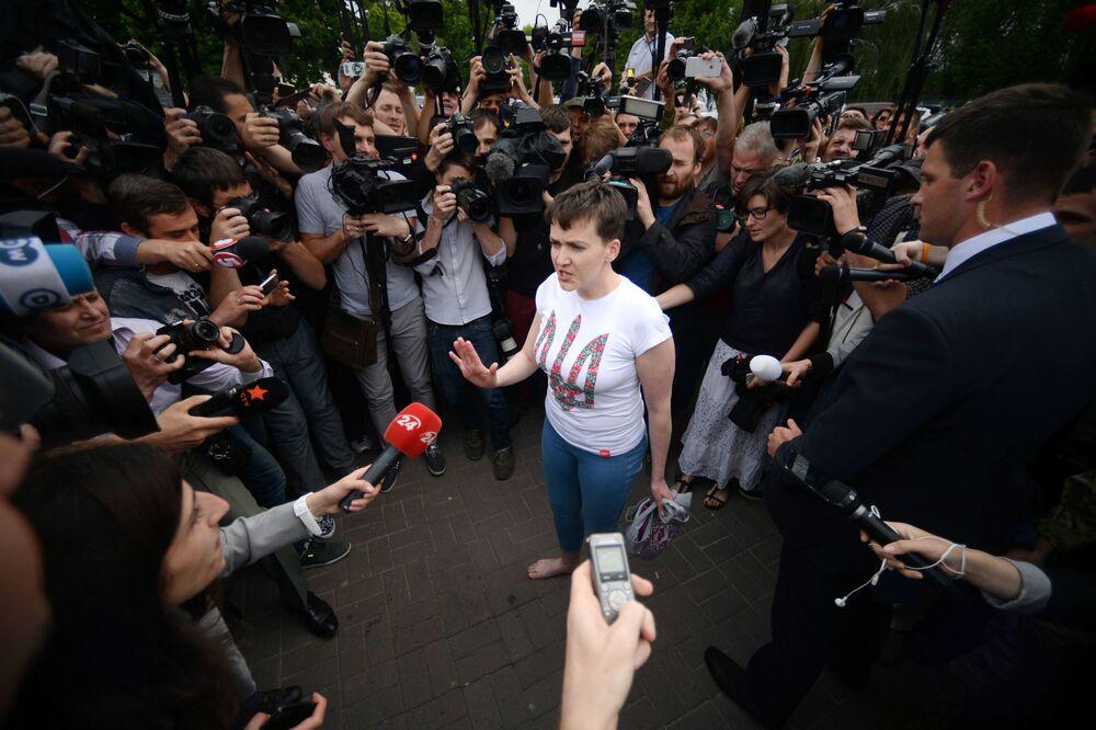 Ukraińska lotniczka wojskowa Nadieżda Sawczenko odpowiada na pytania dziennikarzy na lotnisku w Kijowie.