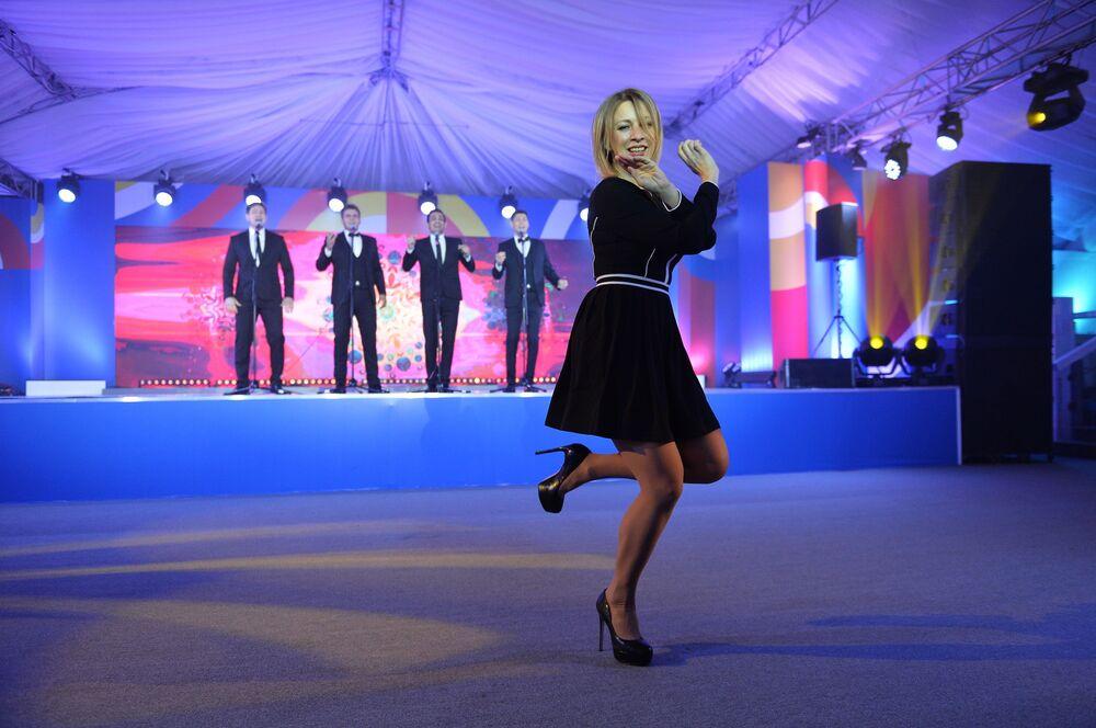 """Rzeczniczka rosyjskiego Ministerstwa Spraw Zagranicznych Maria Zacharowa podczas wykonania tańca """"kalinka"""" w Soczi."""