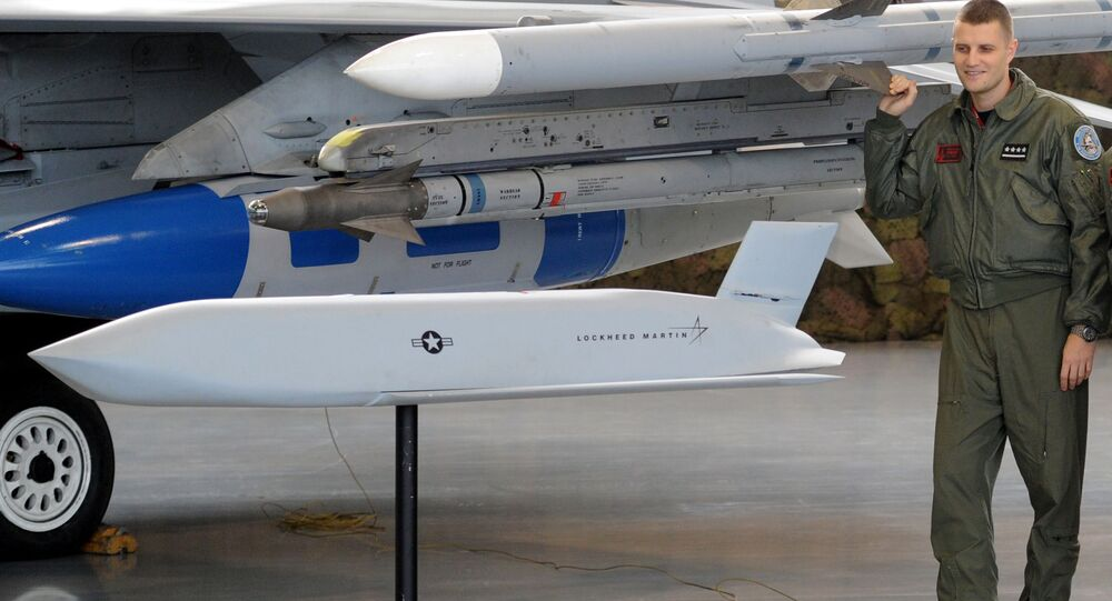 Polski pilot i model amerykańskiego pocsiku manewrującego ziemia-powietrze JASSM
