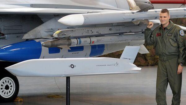 Пилот ВВС Польши около модели ракеты на подписании соглашения о поставках США в Польшу крылатых ракет класса воздух-поверхность JASSM - Sputnik Polska
