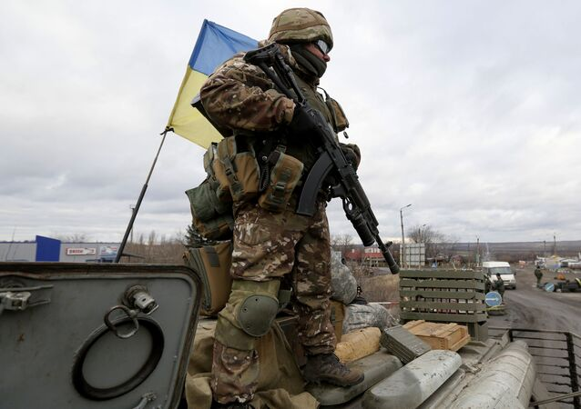 Ukraiński wojskowy w rejonie Debalcewa w obwodzie donieckim. Zdjęcie archiwalne