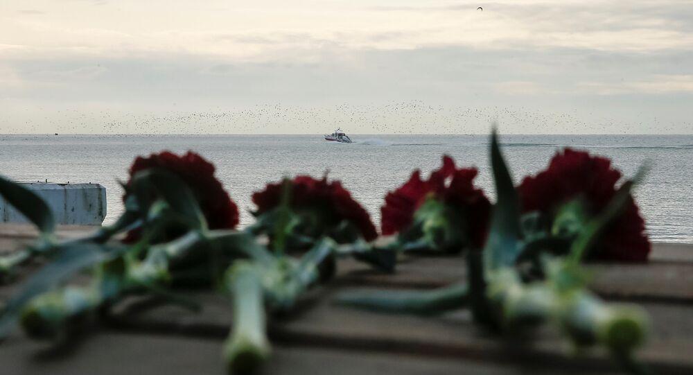 Kwiaty na wybrzeżu Morza Czarnego, niedaleko miejsca katastrofy rosyjskiego samolotu wojskowego TU-154