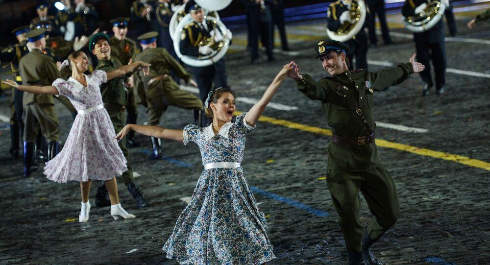 Zespół pieśni i tańca im. A.W. Aleksandrowa na ceremonii otwarcia festiwalu Spasskaja Basznia na Placu Czerwonym w Moskwie