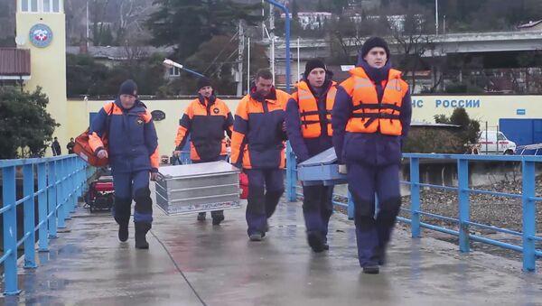 Спасатели во время поисково-спасательных работ у побережья Черного моря в районе крушения самолета ТУ-154 - Sputnik Polska
