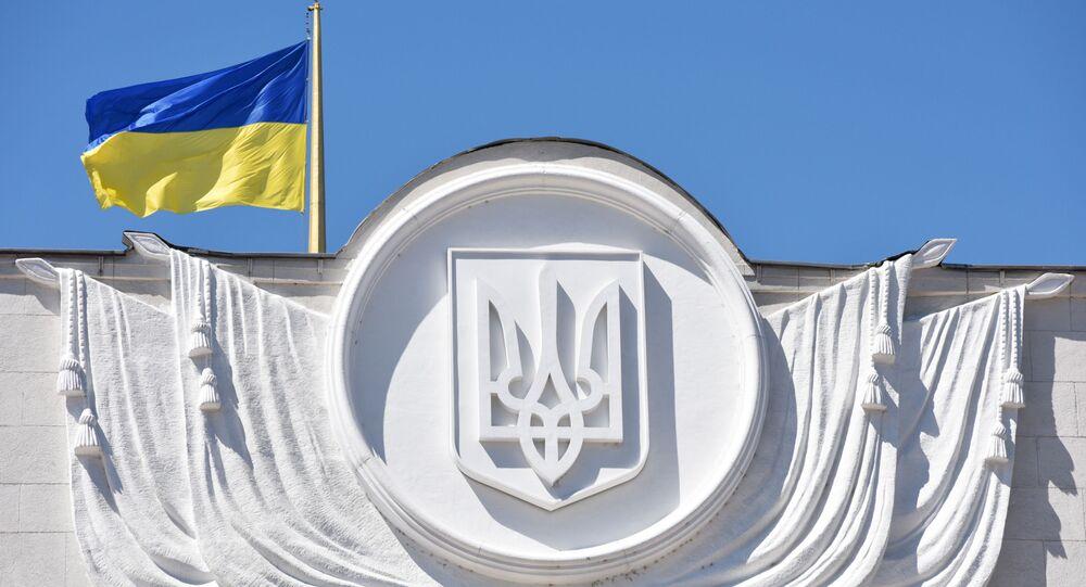 Ukraińska flaga na budynku Rady Najwyższej w Kijowie