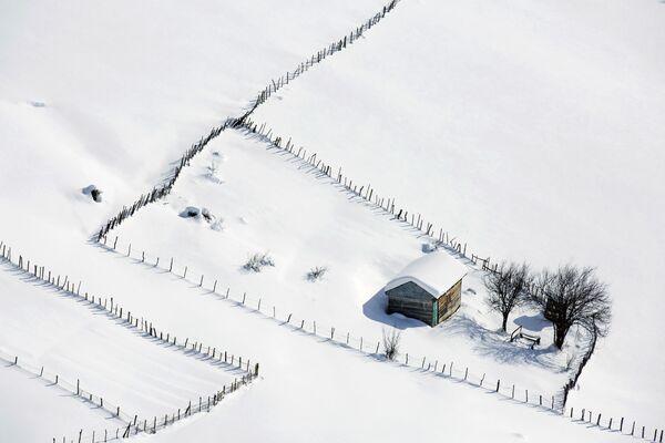 Drewniany domek w zaśnieżonych Górach Tałyskich w Iranie - Sputnik Polska