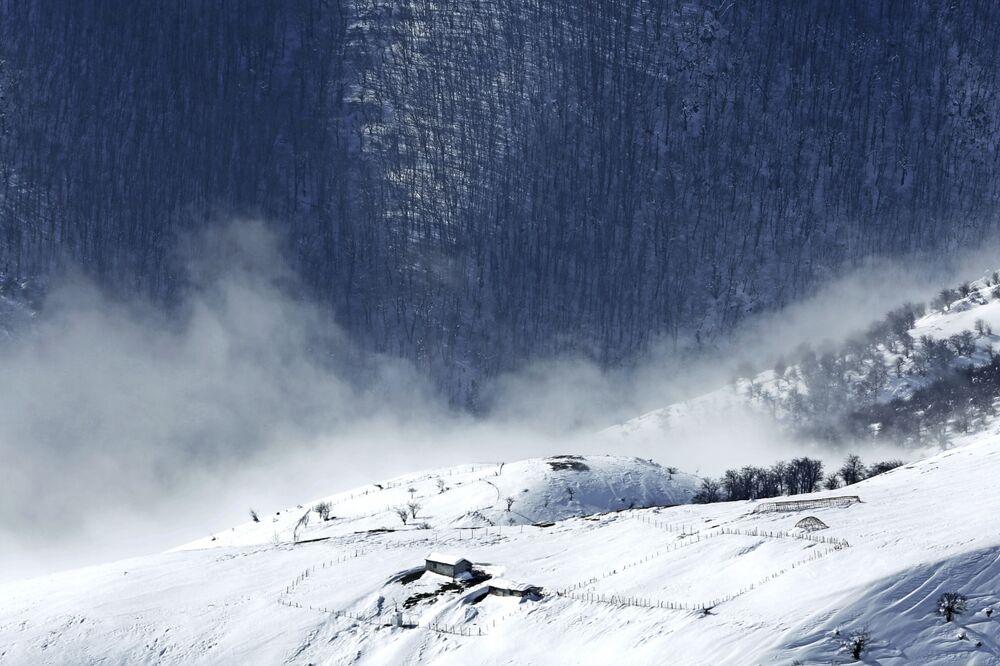 Drewniany dom w śniegu w Górach Tałyskich w Iranie