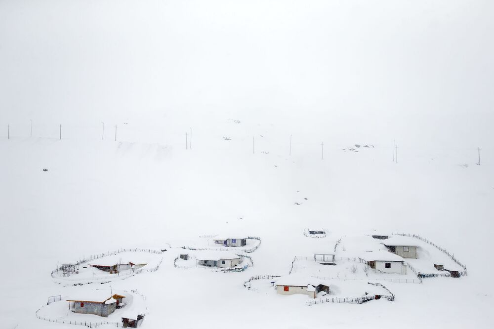 Wieś zasypana śniegiem w Górach Tałyskich w Iranie