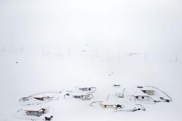 Wieś zasypana śniegiem w Górach Tałyskich w Iranie - Sputnik Polska