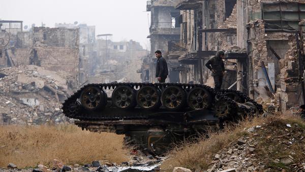 Zniszczony czołg w wyzwolonym Aleppo - Sputnik Polska