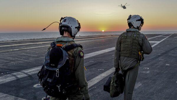 Amerykańscy piloci na pokładzie lotniskowca Dwight D. Eisenhower na Morzu Śródziemnym - Sputnik Polska