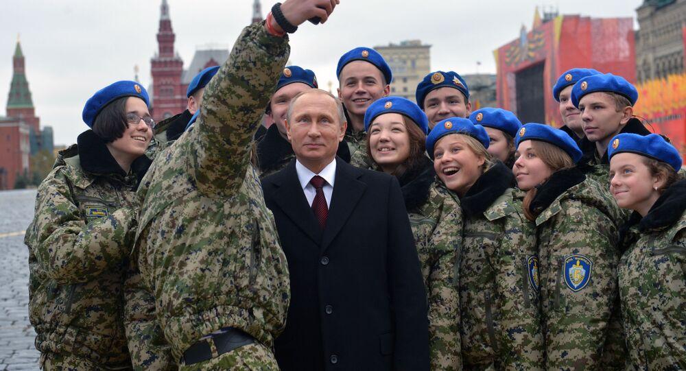 Władimir Putin z członkami wojskowo-patriotycznego centrum Wympiel na Placu Czerwonym