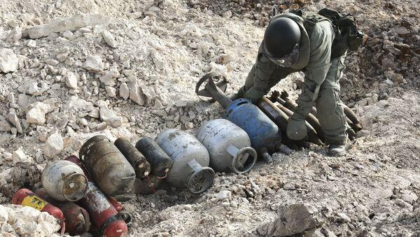 Praca inżynierów Międzynarodowego Centrum Przeciwminowe rosyjskich sił zbrojnych w wyzwolonym Aleppo - Sputnik Polska