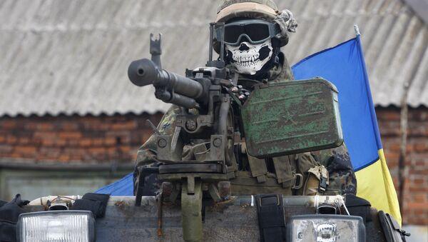 Żołnierz ukraińskich sił zbrojnych w masce podczas operacji w Debalewie, obwód Doniecki - Sputnik Polska