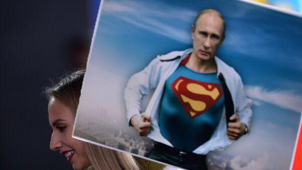 Dziennikarka z plakatem Władimira Putina przed konferencją prasową. - Sputnik Polska