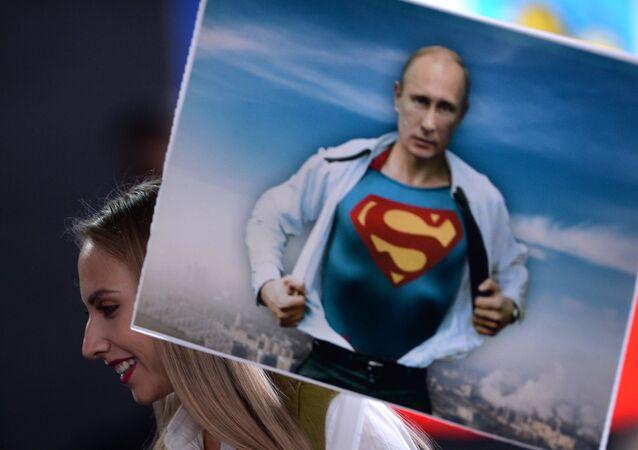 Dziennikarka z plakatem Władimira Putina przed konferencją prasową.