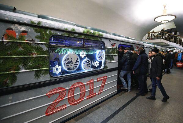 Noworoczny pociąg  w moskiewskim metrze - Sputnik Polska
