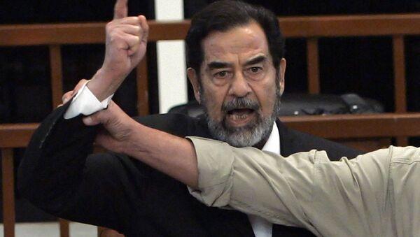 Były prezydent Iraku Saddam Husajn na sali sądowej - Sputnik Polska