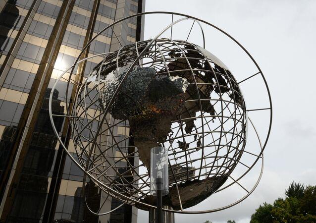 Globus vor Trump World Tower