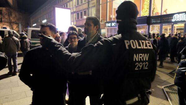 Niemiecka policja w noc sylwestrową wylegitymowała w Kolonii kilkuset mężczyzn pochodzących z krajów arabskich i afrykańskich - Sputnik Polska