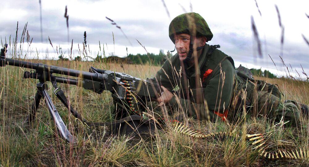 Litewski żołnierz w czasie ćwiczeń wojskowych NATO Saber strike na Litwie