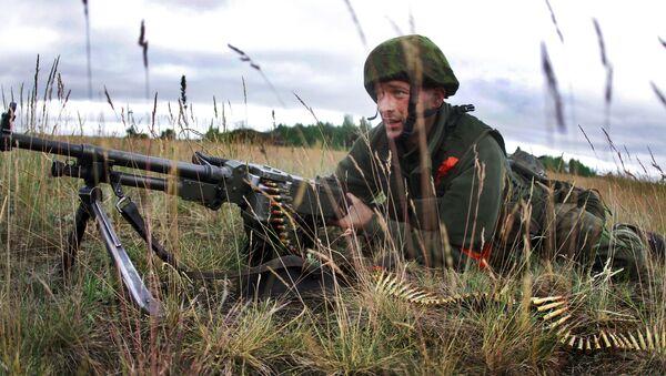 Litewski żołnierz w czasie ćwiczeń wojskowych NATO Saber strike na Litwie - Sputnik Polska