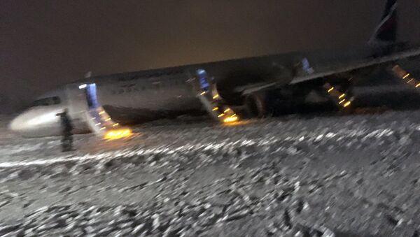 Na kaliningradzkim lotnisku Chrabrowo samolot A320 wyjechał poza pas startowy - Sputnik Polska