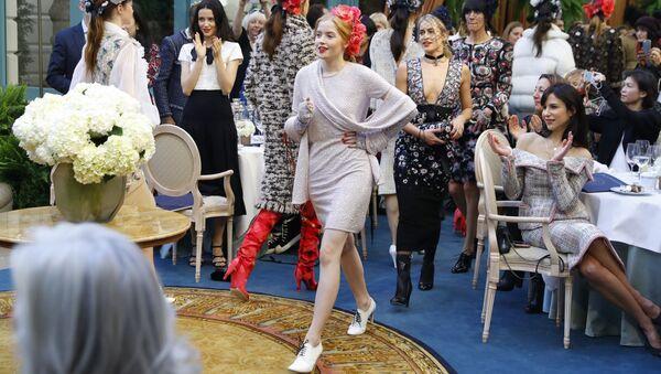 Modelki na pokazie Chanel w Paryżu - Sputnik Polska