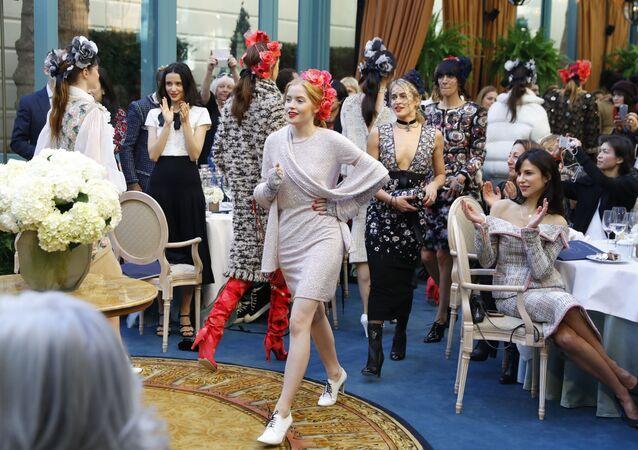 Modelki na pokazie Chanel w Paryżu