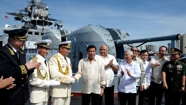 Rodrigo Duterte wita rosyjską załogę Admirała Tribuca w porcie w Manili, 6 stycznia 2017 - Sputnik Polska