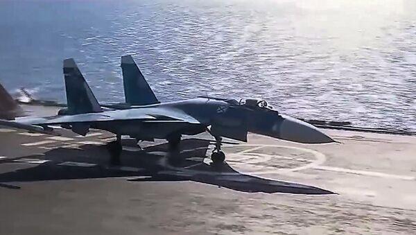 Su-33 startuje z pokładu Admirała Kuźniecowa - Sputnik Polska