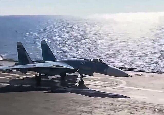 Su-33 startuje z pokładu Admirała Kuźniecowa
