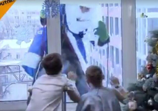 Święty Mikołaj puka w okna szpitali