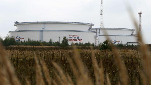 """Widok na zbiorniki ropy ropociągu """"Przyjaźń"""" w pobliżu miejscowości Mozyrz w obwodzie homelskim - Sputnik Polska"""