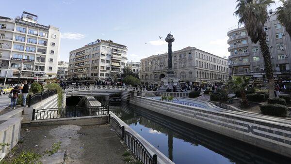 Ludzie na moście nad rzeką Barada w Damaszku - Sputnik Polska