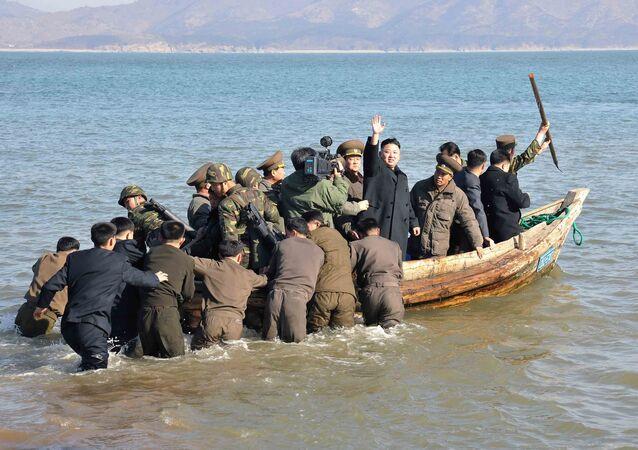 Kim Dzong Un macha z łódki