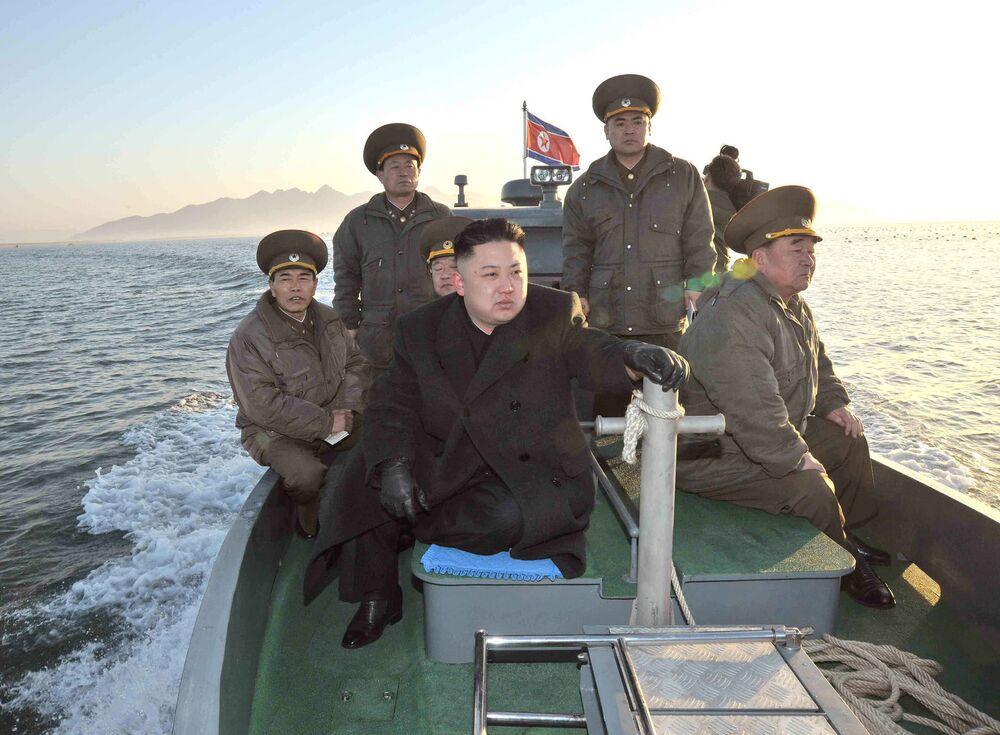 Lider KRLD Kim Dzong Un w łodzi