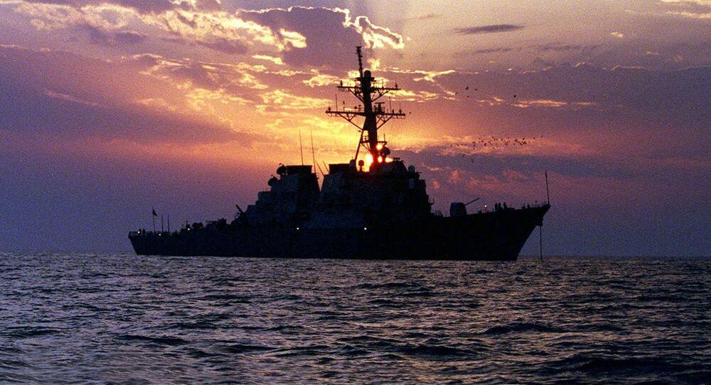 Amerykański niszczyciel w Zatoce Perskiej. Zdjęcie archiwalne