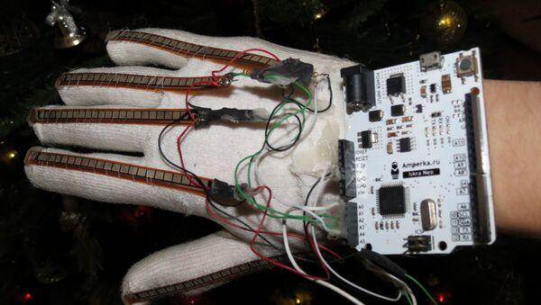 """Rosyjski uczeń wynalazł """"mówiącą"""" rękawiczkę dla głuchoniemych - Sputnik Polska"""