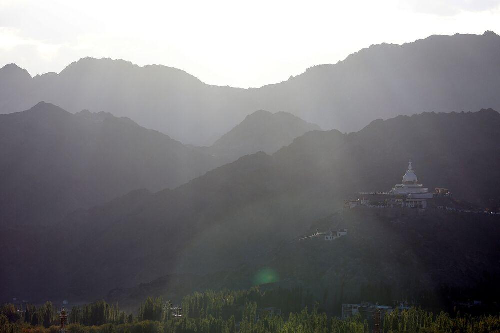 Buddyjska stupa Shanti na szczycie wzgórza Chanspa w mieście Ladakh na północy Indii