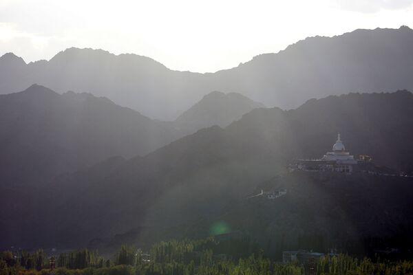 Buddyjska stupa Shanti na szczycie wzgórza Chanspa w mieście Ladakh na północy Indii - Sputnik Polska