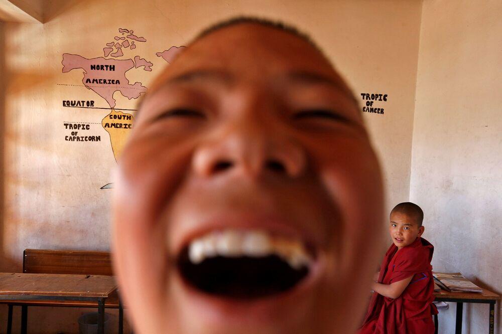 Młodzi zakonnicy w szkole buddyjskiego klasztoru Thiksey w mieście Ladakh na północy Indii