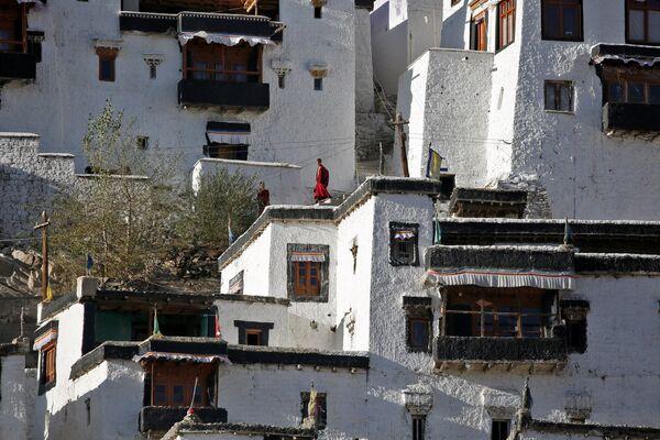 Młodzi zakonnicy podczas przerwy w szkole buddyjskiego klasztoru Thiksey w mieście Ladakh na północy Indii - Sputnik Polska