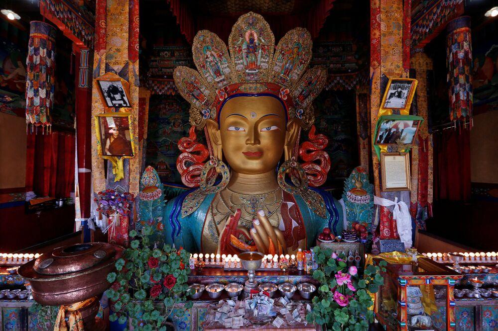 Posąg Buddy Maitreya w buddyjskim klasztorze Thiksey w mieście Ladakh na północy Indii