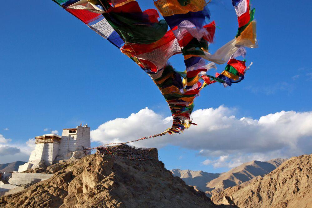 Flagi modlitewne nad buddyjskim klasztorem Namgyal Tsemo w mieście Ladakh na północy Indii