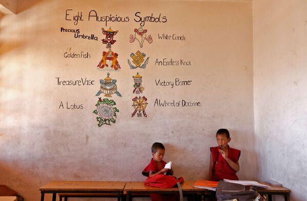 Młodzi zakonnicy w szkole buddyjskiego klasztoru Thiksey w mieście Ladakh na północy Indii - Sputnik Polska